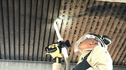 Operator cleaning Fin-fan heat exchanger using dry ice blasting